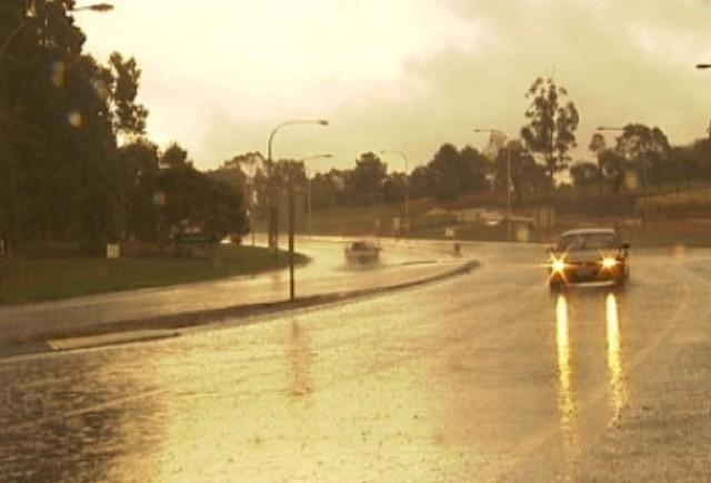 Condusul pe drumuri umede