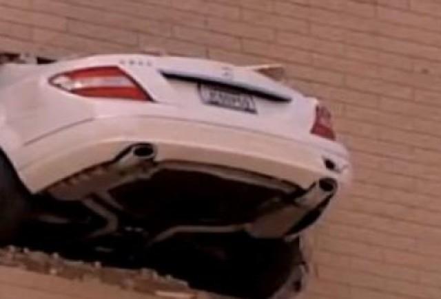 VIDEO: Parcare complet ratata cu un Mercedes C-Klasse