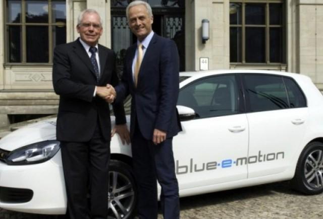 Volkswagen a prezentat conceptul Golf blue-e-motion la Berlin