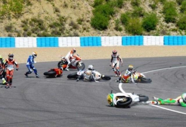 VIDEO: noua piloti Moto2 au cazut din cauza unei pete de ulei pe circuit