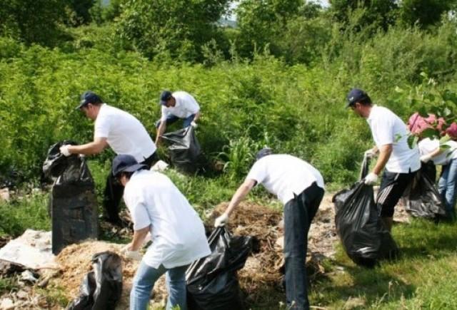 Dacia a organizat o actiune de ecologizare pe Raul Targului