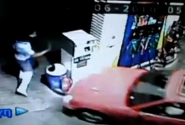 VIDEO: Un sofer beat intra cu masina intr-o pompa de benzina
