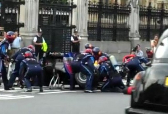 VIDEO: Mark Webber face un pit stop in fata parlamentului britanic