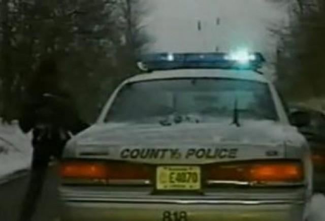 VIDEO: O femeie fura masina politiei