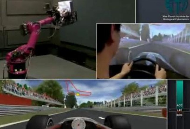 VIDEO: Un robot se transforma intr-un simulator Ferrari F1