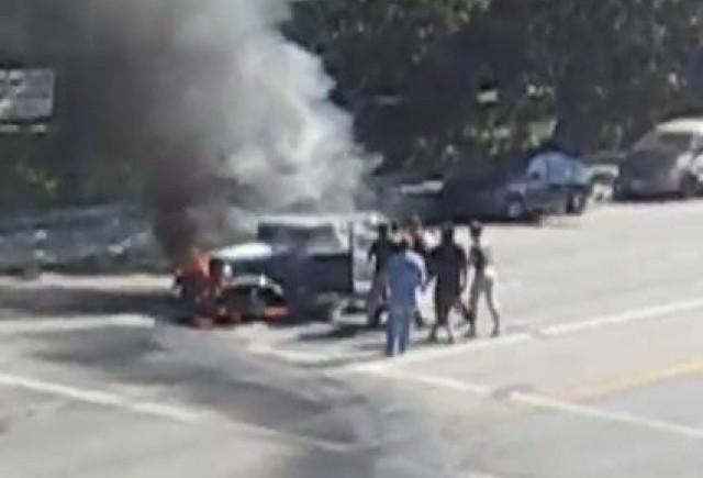 VIDEO: A  fost salvat dintr-o masina aflata in flacari