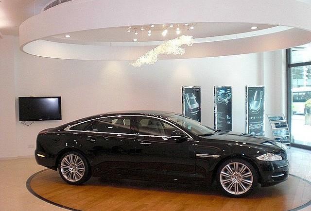 Jaguar XJ, hibrid cu conectori