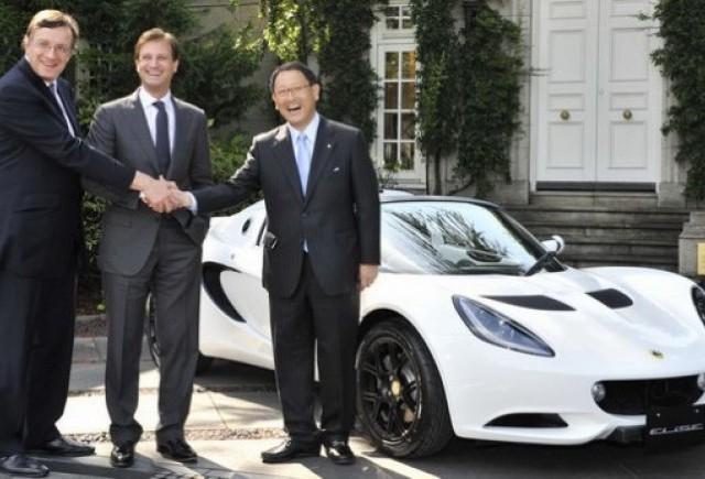 Seful Lotus ii face cadou sefului Toyota un Elise pentru a celebra parteneriatul dintre companii
