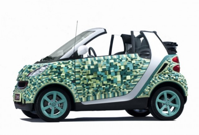 Smart aduce la Paris un Fortwo din carton