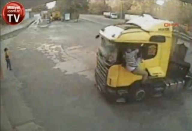 VIDEO: Sofer de tir ejectat in timpul accidentului