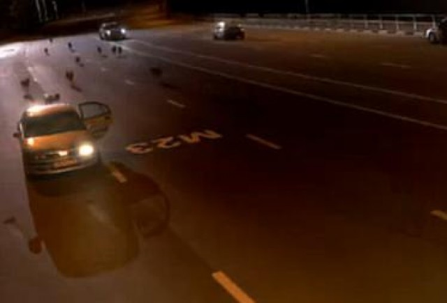 VIDEO: Un politist sare intr-o masina de frica unei haite de lupi