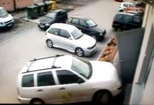 VIDEO: Iata cum nu se parcheaza o masina!