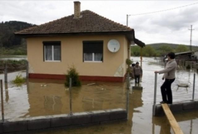 Drumuri blocate de inundatii in Ungaria