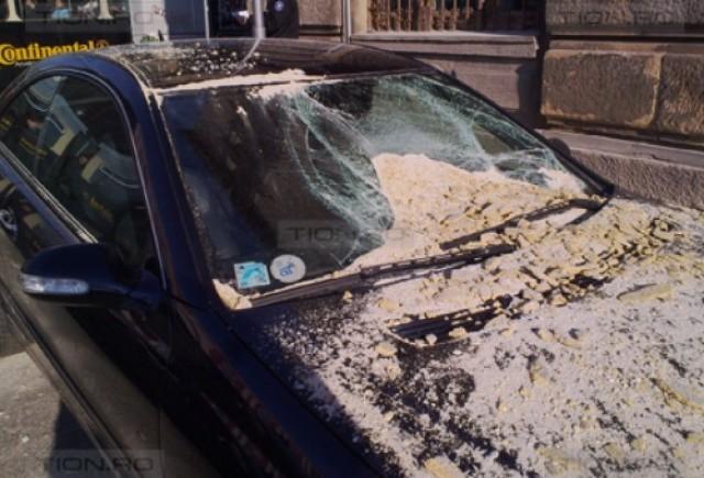 Mercedes distrus de tencuiala cazuta de pe o cladire, in centrul Timisoarei
