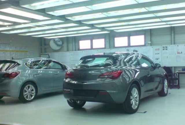 Noul Opel Astra GTC a scapat pe Facebook