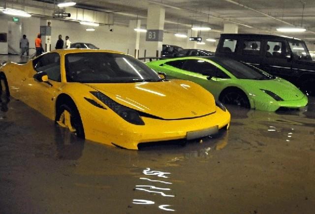 Maşini de milioane înoată într-un garaj în Singapore