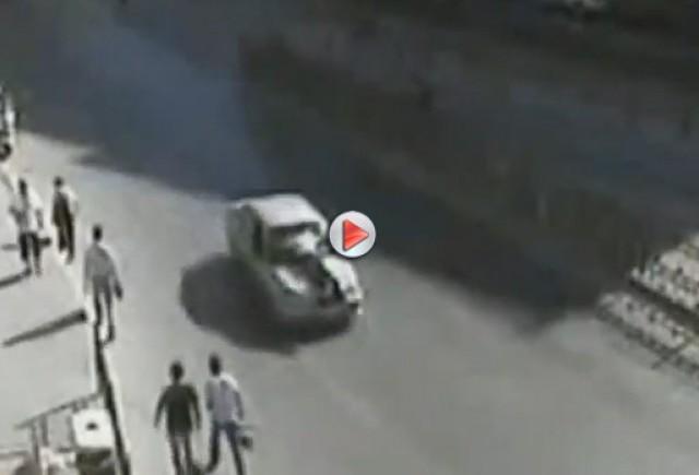 VIDEO: Un ofiţer al poliţiei turce atarna pe capota maşinii unui şofer beat