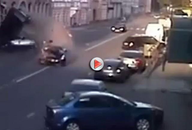 VIDEO: Nissan GT-R lovind  maşinile parcate pe o strada în Moscova