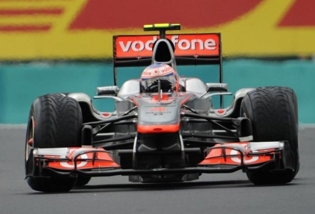 Button castiga surprinzator cursa din Ungaria