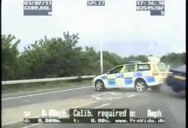 VIDEO: Un politist lovit intr-un accident de masina reuseste sa prinda un hot de masini