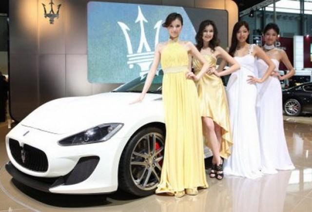 Femeile bogate din Asia cumpara masini rapide de lux