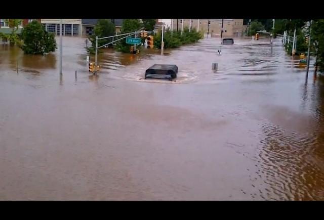 VIDEO: Uraganul Irene a fost mai tare decat masinile militate