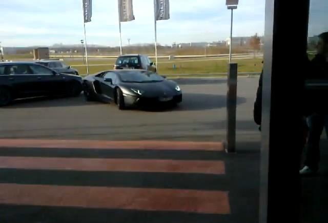 VIDEO: Un Lamborghini Aventador aproape loveste un Audi