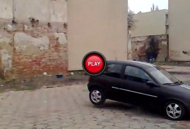 VIDEO: Cum sa dam jos un zid cu un Opel Corsa