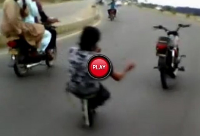 VIDEO: In Pakistan motocicleta te conduce pe tine