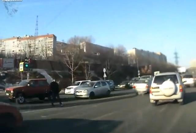 VIDEO: Bataie intre un pieton si pasagerul unei masini