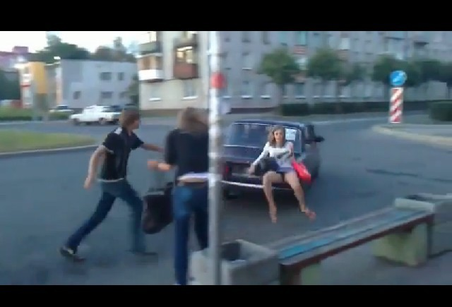 VIDEO: Sa nu te asezi niciodata pe portbagajul unei masini