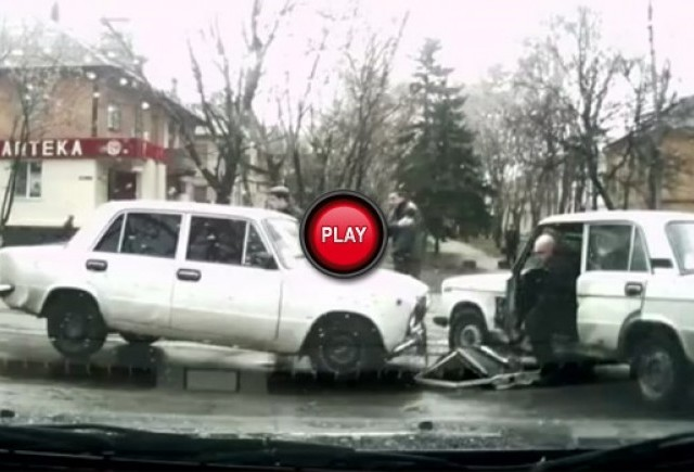 VIDEO: Din seria accidentelor rusesti - Mai intai cad portierele
