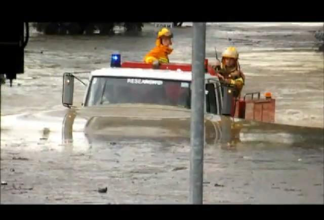 VIDEO: Masina de pompieri la apa!