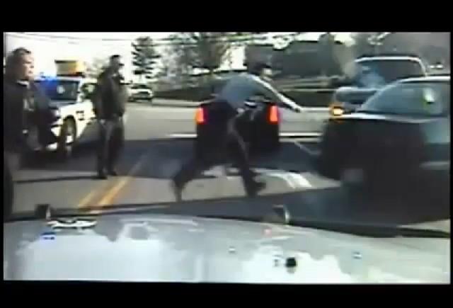 VIDEO: O femeie a incercat de 3 ori sa scape de politie