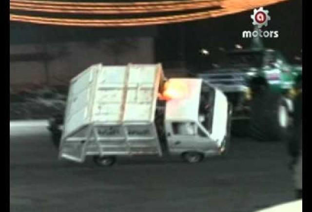 VIDEO: Pe doua roti cu masina pentru compactat gunoiul