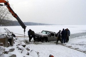 Doua Hummer H2 au cazut prin gheata, in Ungaria