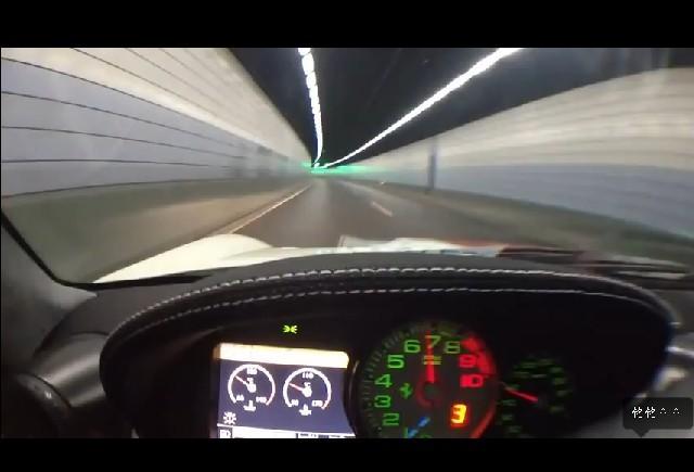 VIDEO: Cu Ferrari 599 GTO prin tunel