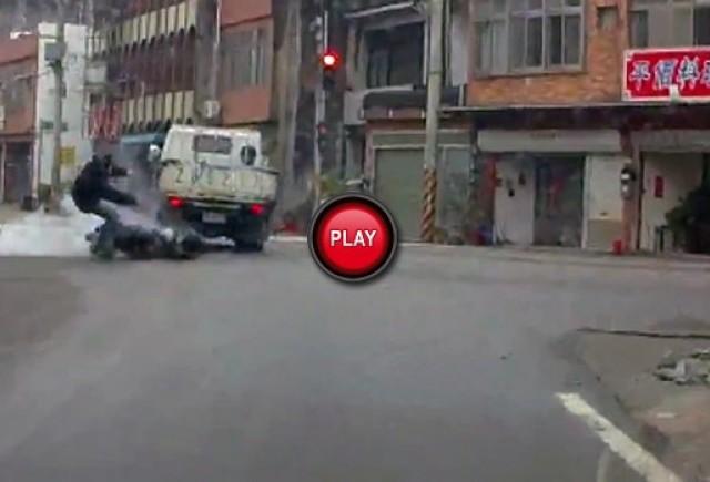 VIDEO: Cu scuterul in camion