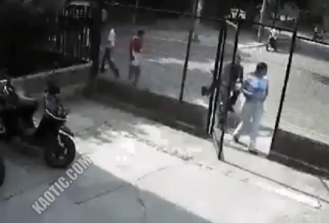 VIDEO: Cu scuterul direct in geam