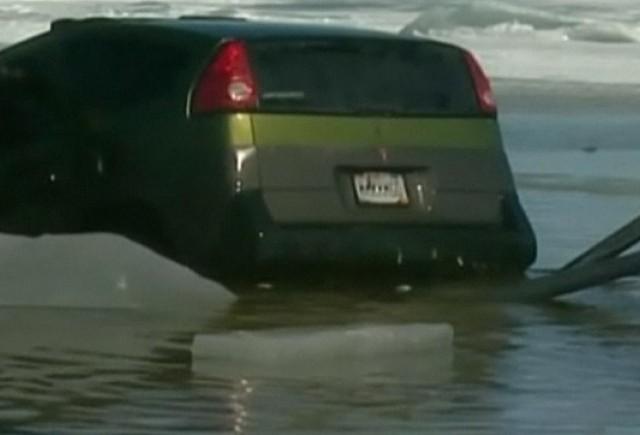 VIDEO: 36 de masini au cazut sub gheata