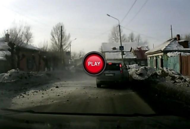 VIDEO: Lada Riva se pupa cu mormanul de zapada