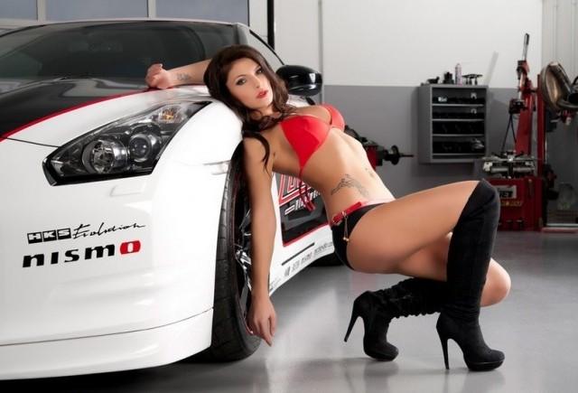 Fosta Miss Tuning alaturi de un Nissan GT-R