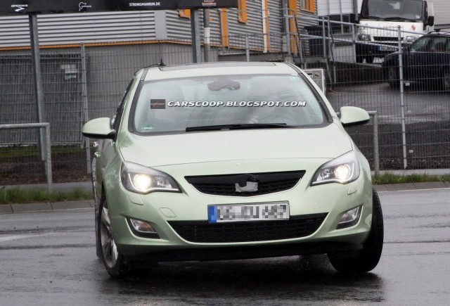 Imagini spion cu viitorul Opel Astra Sedan