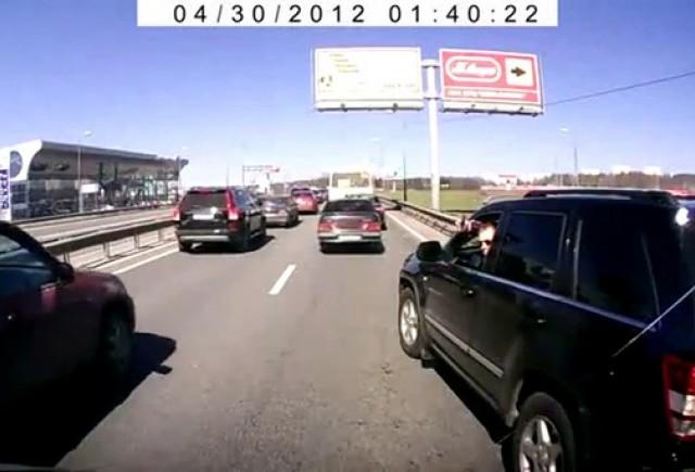 Pe autostrazile din Rusia se semnalizeaza cu pistolul