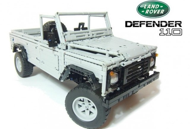 Land Rover Defender construit din LEGO