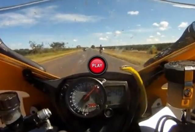 VIDEO: Cu sarpele pe motocicleta la 255 km/h