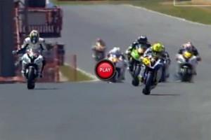 Un motociclist a inceput sa sarbatoreasca victoria cu un tur inainte de final