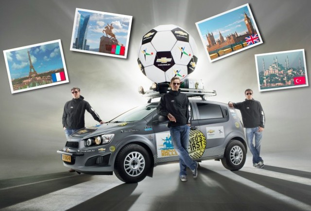 Cei trei membri ai echipei Chevrolet Aveo, participante la raliul umanitar Mongol Rally, ajung in Asia