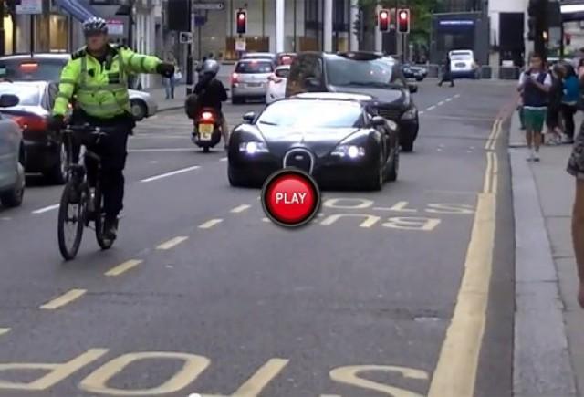 VIDEO: Un Bugatti Veyron a fost tras pe dreapta de un politist pe bicicleta