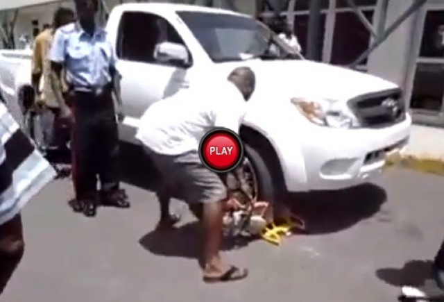 Intre timp in Africa - Si-a eliberat masina cu flexul